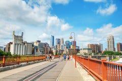 Городской Миннеаполис как увидено от каменного моста свода Стоковые Изображения