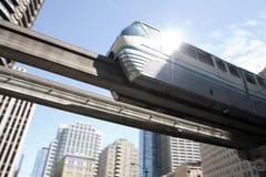 городской монорельс проходя поезд Стоковая Фотография RF