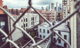 Городской Нью-Йорк увиденный через загородку звена цепи Стоковое Изображение RF