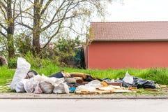 Городской отброс и старье загрязнения города сбросили на улице Стоковое фото RF