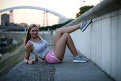 Городской отдыхать девушки фитнеса Стоковые Изображения