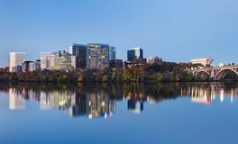 Городской пейзаж Арлингтона Вирджинии на голубом часе Стоковая Фотография RF