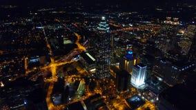Городской пейзаж Атланта, летание ночи трутня глаза воздушной птицы над центром города камера двигая вперед Грузия США реальное в видеоматериал