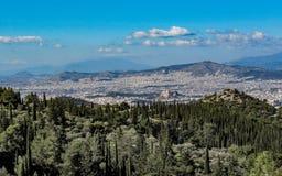 Городской пейзаж Афина в солнечном дне с акрополем увиденным сверху, Греция стоковые изображения rf