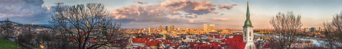 Городской пейзаж Братиславы на заходе солнца Стоковое Изображение RF