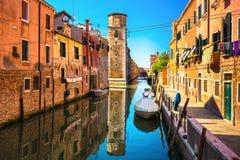Городской пейзаж Венеции, здания, канал воды и башня Италия Стоковые Фотографии RF