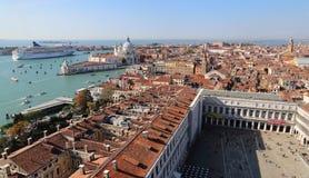 Городской пейзаж Венеции, Италии, от башни с часами Сан Marco стоковые фотографии rf