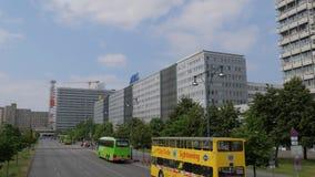 Городской пейзаж, взгляд высоких зданий и автомобили при шины проходя дорогу акции видеоматериалы