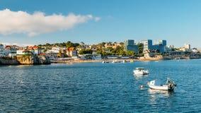 Городской пейзаж взморья Cascais, залива Португалии во время лета стоковое фото