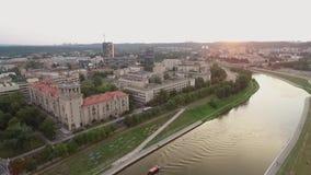 Городской пейзаж Вильнюса, река Neris, старый городок и белый мост в предпосылке Литва сток-видео