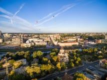 Городской пейзаж Вильнюса с рекой Neris, литовским парламентом и воздушными шарами в ясном голубом небе в предпосылке стоковая фотография
