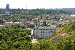 Городской пейзаж Вильнюса с собором и дворцом великих князей o стоковые фотографии rf