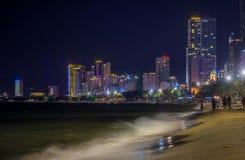 Городской пейзаж Вьетнам ГОСТИНИЦЫ THANH БОЛЬШОЙ NHA TRANG к ночь стоковые фото