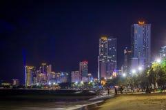 Городской пейзаж Вьетнам Nha Trang ночью, гостиницами и пляжем стоковая фотография