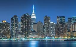 Городской пейзаж в Манхаттане на ноче, Нью-Йорке Стоковое Изображение RF