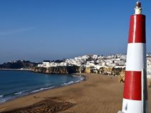 Городской пейзаж в Albufeira в Португалии с небольшим маяком стоковая фотография rf