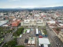 Городской пейзаж Гватемали с облачным небом Национальный дворец культуры и центрального квадрата конституции в предпосылке Стоковая Фотография