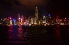Городской пейзаж Гонконга, наблюдая, как лазер показал по всему городу стоковое изображение