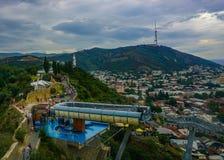 Городской пейзаж Грузии матери гондолы Тбилиси стоковая фотография