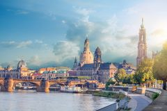 Городской пейзаж Дрездена на Эльбе и мосте Augustus, Дрездене, Саксонии, Германии стоковая фотография rf