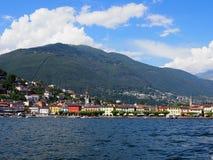 Городской пейзаж европейского города Ascona и панорамы озера Maggiore на высокогорном ландшафте riviera в ШВЕЙЦАРИИ стоковое фото