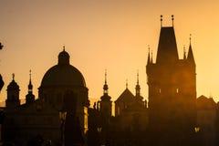 Городской пейзаж захода солнца на Карловом мосте Стоковые Фото