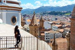Городской пейзаж исторического разбивочного города, взгляд башен нового собора, Cuenca, эквадора стоковые изображения rf