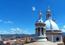 Городской пейзаж исторического центра Cuenca и башен нового собора, эквадора стоковое изображение rf