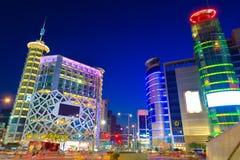 Городской пейзаж и движение ночи с небоскребом стоковое изображение