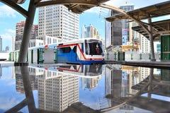 Городской пейзаж и skytrain с их отражениями Стоковые Изображения