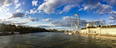 Городской пейзаж Лондона, Река Темза, панорама, выравнивая солнечность Стоковые Фотографии RF