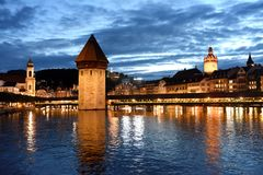 Городской пейзаж Люцерна на ноче Швейцарии Мост Kapellbru часовни стоковые фото