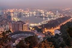 Городской пейзаж Малага ночью и искусственным освещением стоковое фото rf