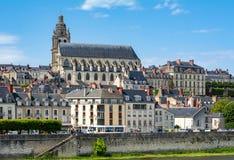 Городской пейзаж маленького города Blois в Loire Valley с собором Сент-Луис, Франции стоковые фотографии rf