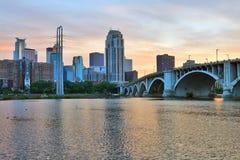 Городской пейзаж Миннеаполиса во время красочного захода солнца стоковое изображение