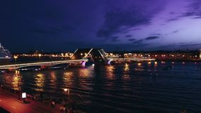 Городской пейзаж моста дворца ` s Санкт-Петербурга известного через реку Neva на ноче видеоматериал