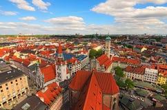 Городской пейзаж Мюнхена исторический разбивочный панорамный воздушный Старые здание муниципалитет, церковь Heiliggeistkirche Hei Стоковые Изображения RF