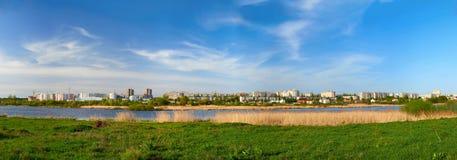 Городской пейзаж на зеленой траве и голубом небе стоковое фото rf