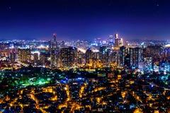 Городской пейзаж на ноче в Сеуле, Южной Корее Стоковые Фото