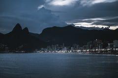 Городской пейзаж ночи Рио-де-Жанейро с заливом стоковые изображения