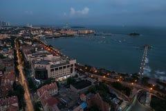 Городской пейзаж ночи Qingdao стоковые фотографии rf