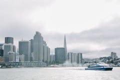 Городской пейзаж порта Сан-Франциско принятого на пасмурный день стоковые изображения rf