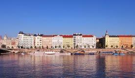 Городской пейзаж Праги Взгляд на Праге над рекой Влтавы Ландшафт города зданий в Праге на ясный летний день Стоковая Фотография