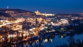 Городской пейзаж Праги к ночь с загоренными замком Праги и рекой Влтавы стоковая фотография