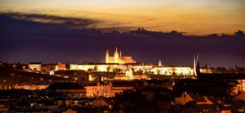 Городской пейзаж Праги к ночь с загоренным замком Праги стоковое изображение rf