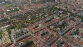 Городской пейзаж Праги, полет над городом Вид с воздуха панорамного вида города Праги сверху сток-видео