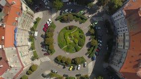 Городской пейзаж Праги, полет над городом Вид с воздуха панорамного вида города Праги сверху акции видеоматериалы