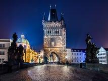 Городской пейзаж Праги с средневековыми башнями и красочными зданиями Стоковые Фото