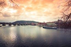 Городской пейзаж Праги с средневековыми башнями и красочными зданиями Стоковое Изображение RF