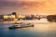 Городской пейзаж Праги с средневековыми башнями и красочными зданиями Стоковая Фотография